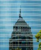 Skyskrapareflexioner på en skyskrapa arkivfoton