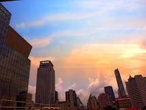 Skyskrapor är i storstaden och himlen royaltyfri fotografi