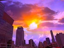 Skyskrapor är i storstaden och himlen arkivfoto