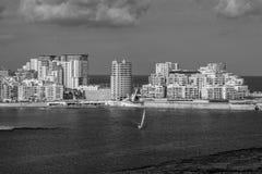 Skyskrapor över kust i Malta i gråskala royaltyfri fotografi
