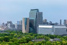 Skyskrapor av affären parkerar från Osaka Castle arkivfoton