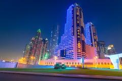Skyskrapor av den Dubai marina på natten Arkivfoton