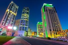 Skyskrapor av den Dubai marina på natten Royaltyfria Bilder