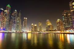 Skyskrapor av den Dubai marina på natten Royaltyfri Fotografi
