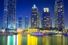 Skyskrapor av den Dubai marina på natten Royaltyfri Bild