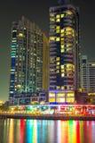 Skyskrapor av den Dubai marina på natten Royaltyfria Foton