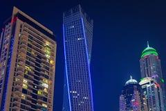 Skyskrapor av den Dubai marina på natten Royaltyfri Foto