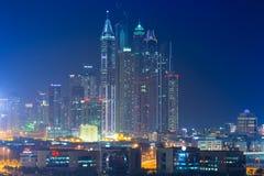 Skyskrapor av den Dubai marina på natten Fotografering för Bildbyråer