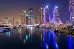 Skyskrapor av den Dubai marina på natten, UAE Royaltyfria Bilder