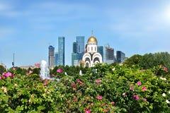 Skyskrapor av Moskva och kyrkan av St George Victorioen Arkivfoto