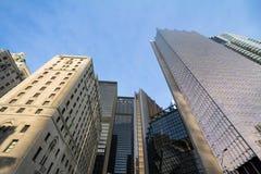 Skyskrapor av olika format och åldrar från kassalådan för 30 ` s `en 2000 s i i stadens centrum Toronto, Ontario, Kanada under en Arkivbilder