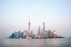 Skyskrapor av Shanghai det finansiella området på skymning Royaltyfri Bild