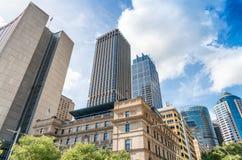 Skyskrapor av Sydney omgav vid träd Royaltyfri Foto