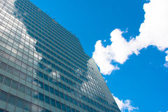 Skyskrapor beskådar med arkitektur för blå himmel Arkivbilder