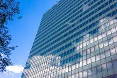 Skyskrapor beskådar med byggnad för blå himmel Royaltyfri Foto