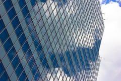 Skyskrapor beskådar med byggnad för blå himmel Royaltyfria Bilder