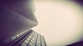 Skyskrapor beskådar underifrån i Frankfurt Tysklandarkitektur royaltyfria bilder