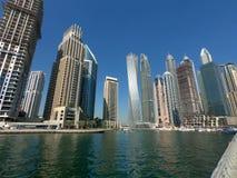Skyskrapor bostads- byggnader som ses i Dubai Marina Skyline royaltyfri fotografi
