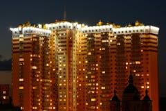 Skyskrapor/flervånings- byggnader vid natt Arkivfoton