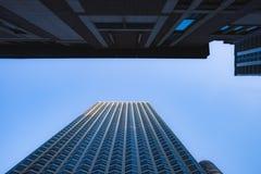Skyskrapor från en sikt för låg vinkel i modern stad arkivfoton