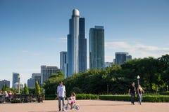 Skyskrapor från Clarence Buckingham Memorial Fountain i Gr Arkivfoto
