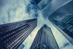Skyskrapor hackar moln i himlen Royaltyfri Bild