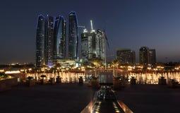 Skyskrapor i Abu Dhabi på skymningen Arkivfoton