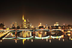 Skyskrapor i Frankfurt vid natt Royaltyfria Bilder