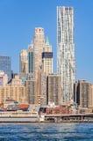 Skyskrapor i Lower Manhattan från den Brooklyn bron parkerar, NYC, U Royaltyfri Bild
