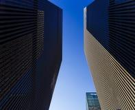 Skyskrapor i Manhattan, Times Square för nyc nästan på 46th Royaltyfria Bilder