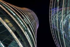 Skyskrapor i natthimlen Arkivfoton