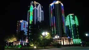 Skyskrapor i neon ljusa Grozny Tjetjenien p? natten lager videofilmer