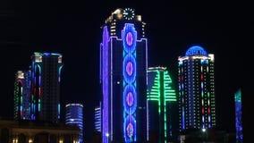 Skyskrapor i neon ljusa Grozny Tjetjenien p? natten arkivfilmer