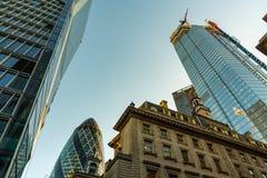 Skyskrapor i stad av London, en blandning av gammal och ny arkitektur arkivfoton