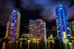 Skyskrapor längs den Miami floden på natten, i i stadens centrum Miami, F Arkivfoton