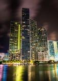 Skyskrapor längs den Miami floden på natten, i i stadens centrum Miami, F Royaltyfria Foton