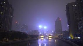Skyskrapor längs floden exponerar annonsering av tecken lite varstans på natten porslin shanghai lager videofilmer