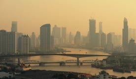 Skyskrapor med den Chao Phraya floden i den Bangkok staden, Thailand Arkivbilder