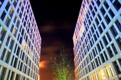 Skyskrapor med härlig belysning i aftonen Royaltyfri Bild