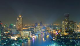 Skyskrapor med laser visar på natten, den Bangkok staden, Thailand Royaltyfri Bild