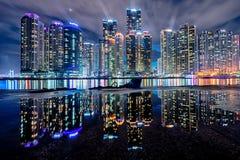 Skyskrapor med reflexion Royaltyfri Bild
