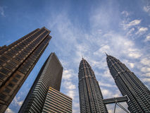 Skyskrapor mot blå himmel arkivbild