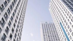Skyskrapor mot den blåa himlen Ram Beskåda underifrån stock video