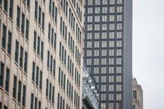 Skyskrapor och äldre byggnader i gamla Montreal Vieux Montreal, Quebec, Kanada på skymning royaltyfri foto