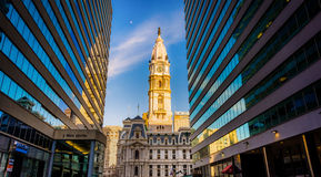 Skyskrapor och aftonen tänder på stadshus i i stadens centrum Philadelp Royaltyfri Bild
