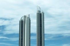 Skyskrapor och blåttskyen Arkivbilder