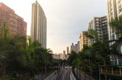 Skyskrapor och bostadsområde beskådar Kowloon, Hong Kong på solnedgången Fotografering för Bildbyråer