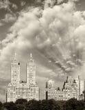 Skyskrapor och byggnader längs Central Park i Manhattan Arkivbild