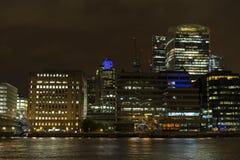 Skyskrapor och byggnader på natten i London Arkivbild