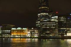 Skyskrapor och byggnader på natten i London Förenade kungariket Arkivfoton